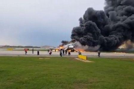 ロシア機炎上事故、機体に残り乗客を救った客室乗務員の行動が讃えられる