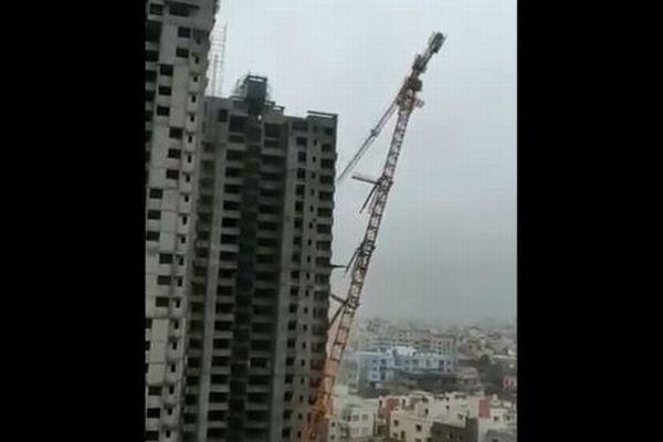 インド東部に強烈なサイクロンが上陸、巨大なクレーンが倒壊し建物を押し潰す