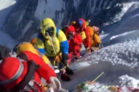 遺体を前にエベレストで列を作る人々、登山者がショッキングな写真で警鐘を鳴らす