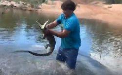 150cmのワニを素手で捕まえる、アボリジニの男性がすごい!【動画】