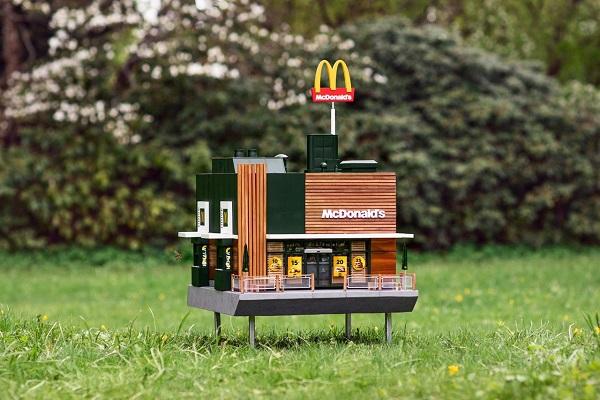 """ミニチュアサイズがかわいい!マクドナルドが""""ミツバチ""""のための店舗をオープン"""