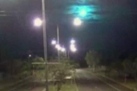 """オーストラリアの夜空に美しい""""紫色の光""""が出現、警察のカメラが捉える"""
