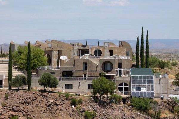 """完成はわずか5%…米国の砂漠の中で忘れ去られつつある""""近未来都市""""とは"""