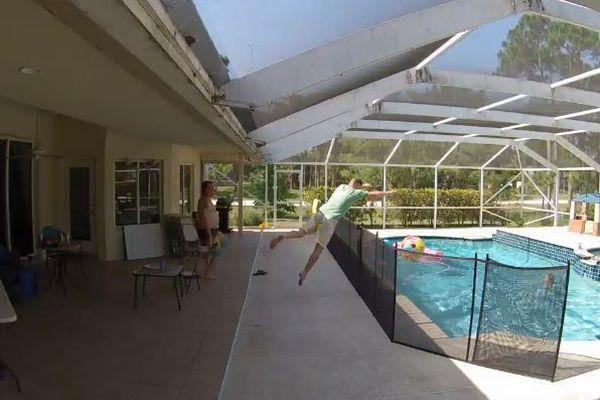 プールで溺れそうな息子を救うため、スーパーダイブをしたパパがすごい!