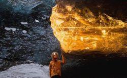 アイスランドの洞窟に出現した光景、氷が黄金色に輝く瞬間の写真が美しい