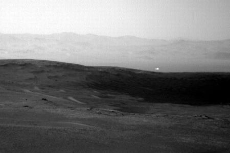 火星に光る物体?NASAが公開したローバーからの画像に注目が集まる