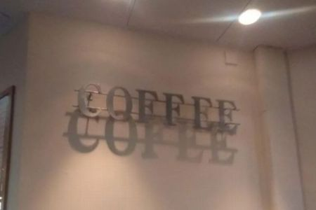 コーヒーのロゴに起きたミステリー、なぜか中央の「F」の影が消えていた!