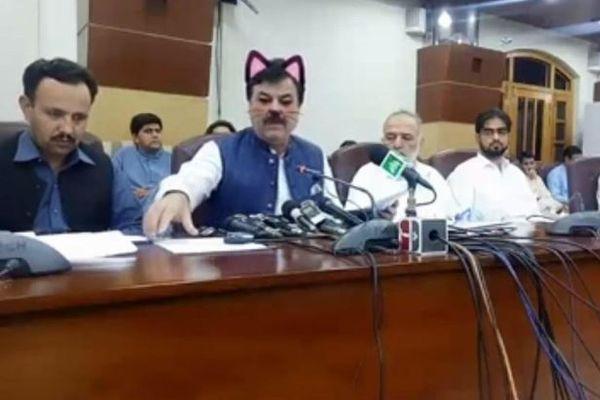 パキスタンで政治家が会見中にネコに変身、顔を変えるアプリで配信されてしまう