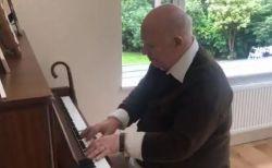 認知症の父親が自ら作曲した音楽を覚えていた!ピアノで演奏する姿が感動的