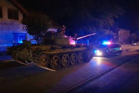 ポーランドに突然、旧ソ連の戦車「T-55」が出現、酔って運転していた男を逮捕