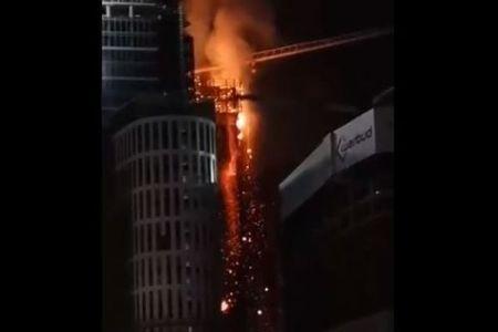 ポーランドの首都で火災、高層ビルから真っ赤な瓦礫が溶岩のように流れ落ちていく