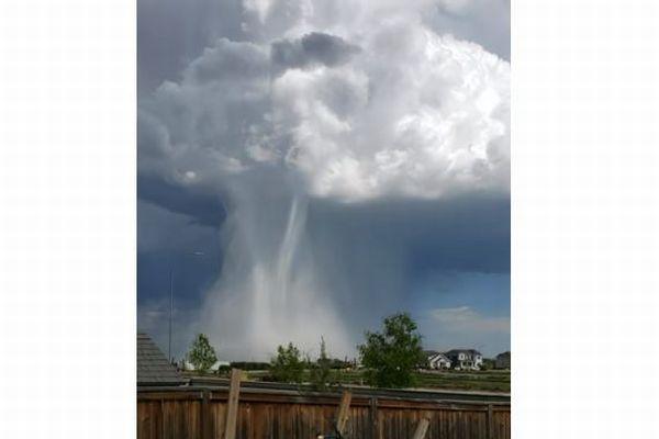 積乱雲からの強い下降気流「マイクロバースト」、カナダで撮影された映像が大迫力