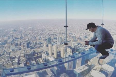 恐怖の地上103階展望デッキ、ガラスの床がひび割れた!