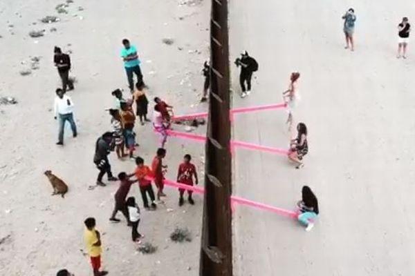 「両国の関係と同じ」アメリカとメキシコの国境にピンクのシーソーが設置される