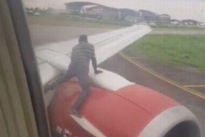 アフリカの空港で男が離陸前の旅客機を止め、翼に飛び乗る【動画】