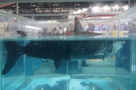 実物大のサメロボット、追跡や偵察もできるドローンが中国で展示される