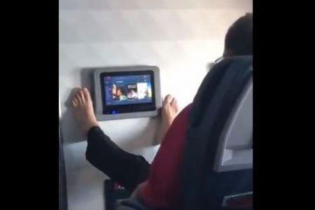 もうパネルには触れない!?機内で撮影された「最悪」な迷惑行為とは?