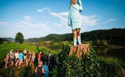 母国スロベニアにメラニア夫人の像が完成!その出来栄えに住民も唖然