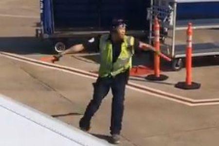 駐機場でダンスを披露する空港職員、あまりにも楽しそうに踊る動画が話題に