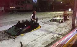 まるで真冬のよう!メキシコに大量の雹が降り、通りに氷が降り積もる