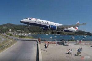 旅客機が超低空で空港に進入、近くで眺めていた観光客もびっくり