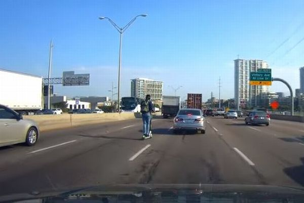 米のハイウェイに電動スクーターで走る男性が出現、撮影した人もびっくり