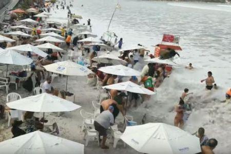 ブラジルのビーチに突然大きな波が押し寄せ、海水浴客らが一時パニックに【動画】