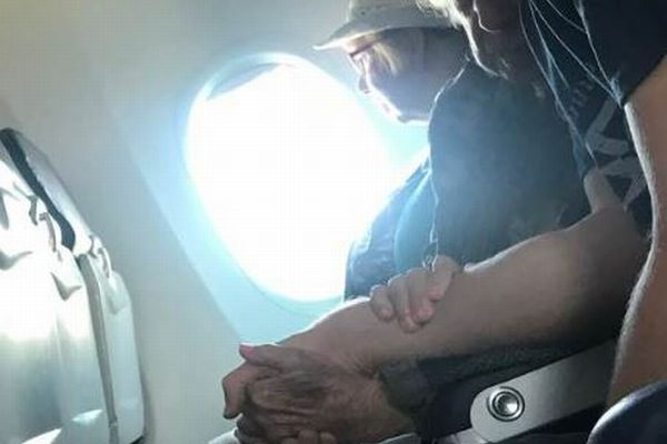 飛行機に脅える高齢者の女性、優しく接する青年の写真が話題に