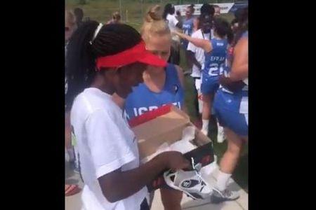 19歳以下女子ラクロス世界大会で、イスラエルの選手がケニアの選手にプレゼント