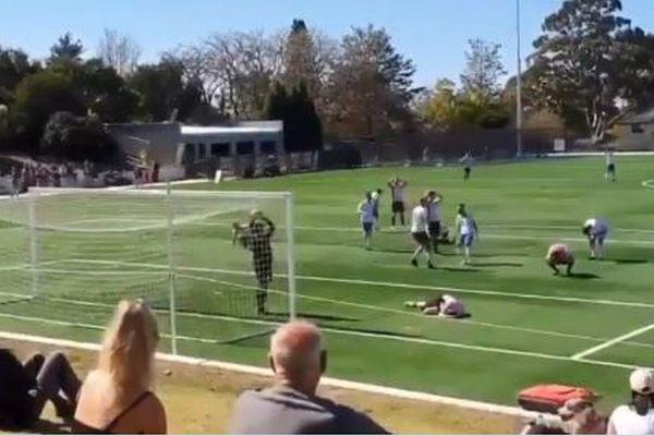 豪で行われたアマチュア・サッカーの試合、珍しいオウンゴールが撮影される