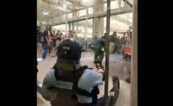【香港デモ】警官がついに拳銃を抜き、市民に銃口を向ける
