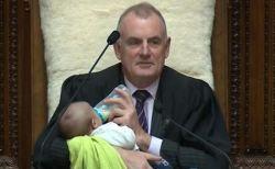 NZの国会で議長が議員の赤ちゃんをあやす、その姿が話題に