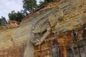 カヤックに乗っていた人の前で崖崩れが発生、想像を超える規模に発展