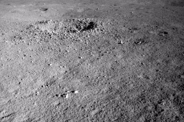 中国の探査ローバーが月の裏側でジェル状の物体を発見、いまだに正体は不明