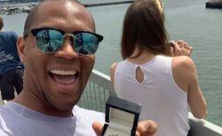 彼女に気づかれずに、婚約指輪と一緒の写真を撮り続けた男性が話題に