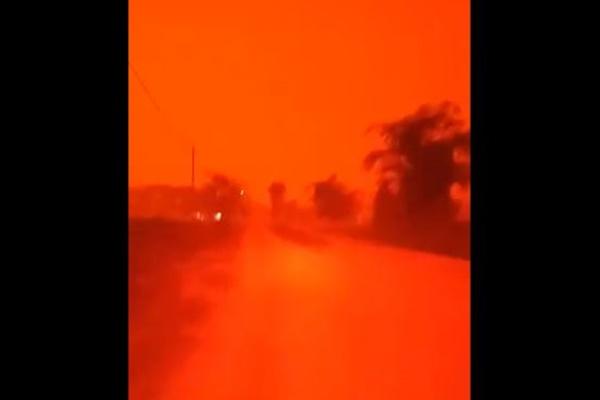 まるで火星のよう!インドネシアの森林火災、夜空が真っ赤に染まる
