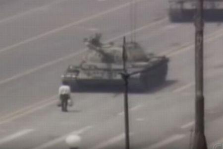 天安門事件で戦車に立ち向かう男性を撮影したカメラマン、64歳で死去