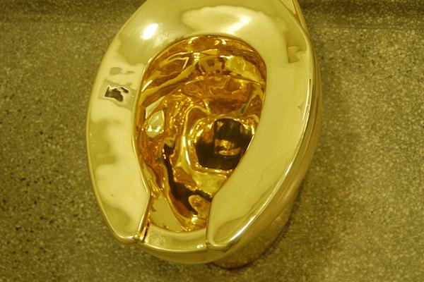 配管済みオール18金の「黄金の便器」が、イギリスの宮殿から盗まれた
