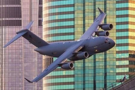 豪で輸送機などがビルの間をすれすれに飛行、見事なスキルを披露