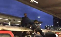 「絶滅への反抗」の活動家、乗客により電車の屋根から引きずり降りされる