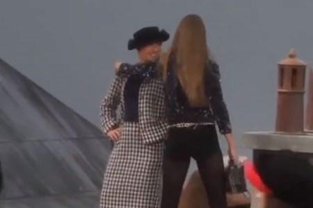 シャネルのファッションショーに女性が乱入、ランウェイを歩き続ける