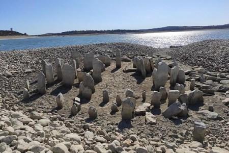 スペインの「ストーンヘンジ」と呼ばれた遺跡、約50年ぶりに湖から姿を現す