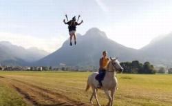 パラグライダーの男性、走っている馬に飛び移る驚きの技を披露