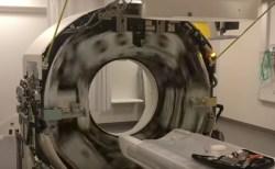 CTスキャンの中を見たら、恐ろしい速さで回転していた【動画】