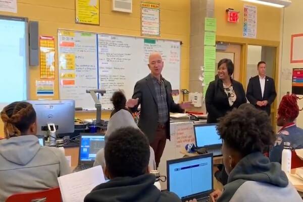 世界一の富豪Amazon社長が高校をサプライズ訪問、生徒は誰だか分からず