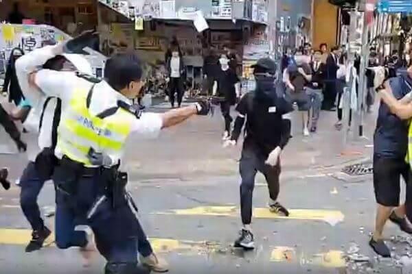 香港で警官が発砲、若者が腹部を撃たれる瞬間の映像が拡散【閲覧注意】