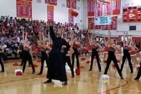 神父がチアリーダーらと共にキレッキレのダンスを披露、会場大盛り上がり