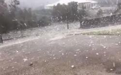 オーストラリアで大量の雹、猛烈な勢いで地面を跳ねる動画が恐ろしい