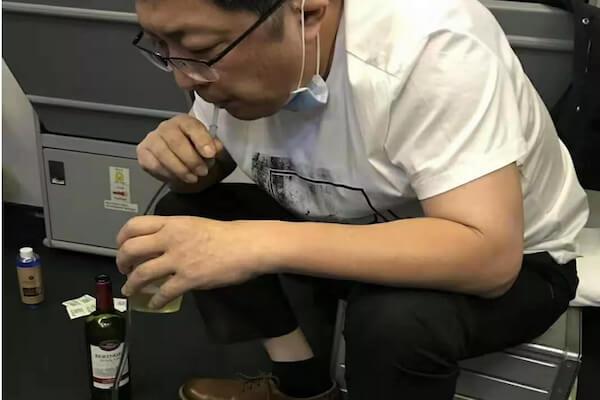機内で苦しむ老人の尿を、口で吸い出して救った医師に賞賛の声