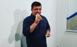 壁にバナナを取り付けただけのアート作品、男性が皆の前でペロリと食べてしまう